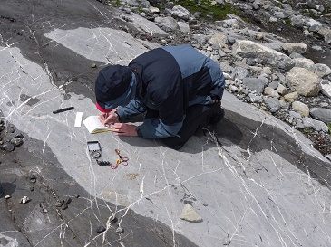 Jessica identifying and describing small-scale glacial erosional landforms © Simon Carr