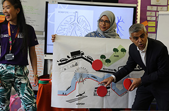 Mayor of London Sadiq Khan joins Esther Lie from Centre of the Cell to explain to Class 4KW where air pollution is found