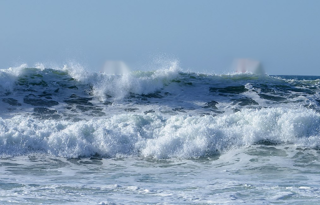 Image of waves breaking. Credit: Alvesgaspar/Wikimedia Commons